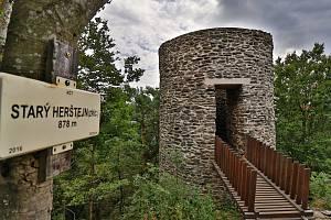 Opravená věž Starého Herštejna slouží už rok, podívejte se na výhledy
