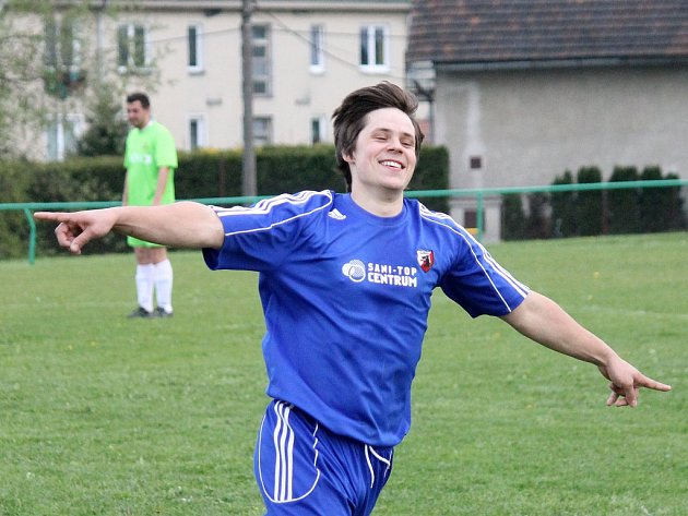 Postřekovský Adam Polák oslavuje jeden ze svých čtyř gólů v síti Meclova.