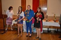 TŘI NEJLEPŠÍ JUNIORKY. Lucie Stieberová je s pohárem vlevo.