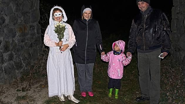 Princezna Bára byla na děti hodná. Přesto se Veronika Siková, doprovázena rodiči Irenou a Pavlem, dívá poněkud nedůvěřivě.