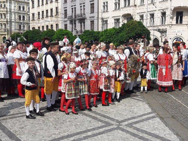 Chodský soubor Mrákov a Dětský soubor Mráček z Mrákova vystupovaly na akci Dožínky na Letné.