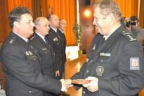 DUŠAN PETRŮJ přebírá ocenění od ředitel Krajského ředitelství policie Plzeňského kraje Jaromíra Knížete.