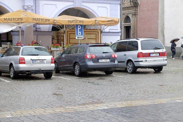 Záběr se točil uprostřed náměstí, vpozadí vidíme loubí a část kostela.