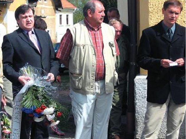 ODHALENÍ PAMĚTNÍ DESKY se zúčastnili stíhací pilot Josef Prokop, Václav Mareš, který byl za války totálně nasazen v Holýšově, poslanec Vladislav Vilímec, starosta Bukovce Vlastimil Juna a Karel Foud – jeden z iniciátorů projektu.