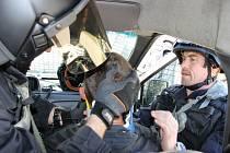 Radek Zedník (zcela vpravo)  při vyprošťování zraněného kolegy z policejního automobilu.
