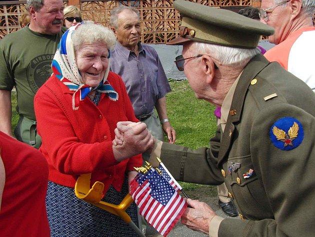 Marion Kirkham, bratr letce, který zahynul v Zadní hoře se srdečně přivítal v Újezdě s místními lidmi.