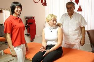 Na snímku lékař Zdeněk Šos a vrchní fyzioterapeutka Helena Šosová (vlevo).