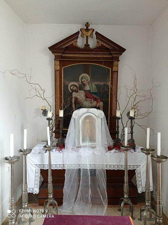 Kněz Wojciech Pelowski má na starosti staňkovskou a kolovečskou farnost. Kromě toho pomáhá v Domažlické nemocnici.