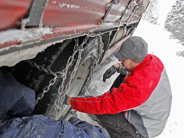 Sněhové řetězy musela vytáhnout posádka kamionu, když jejich vůz nedokázal vyjet na kopec vedoucí od Babylonu směrem na Folmavu a zůstal stát uprostřed silnice.