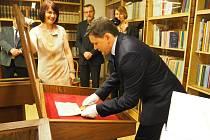 STAROSTA Horšovského Týna Václav Mothejzík ukládá do vitríny listinu, ve které Karel IV. umožnil Horšovskotýnským vybírat clo. Vlevo je vedoucí archivu Radka Kinkorová.