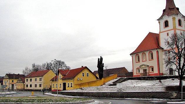 Ve středu obce vznikla okružní křižovatka, která má přispět k větší bezpečnosti provozu. Vpravo je kostel sv. Martina.