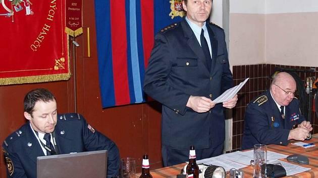 Valnou hromadu řídil Leon Stavovčík (uprostřed), starosta okrsku č. 10, vlevo Václav Ponocný, vpravo starosta OSH Jiří Petrželka.