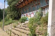 TRIBUNA na domažlickém Sokolišti s křovinatými  zákoutími slouží jako útočiště bezdomovců.