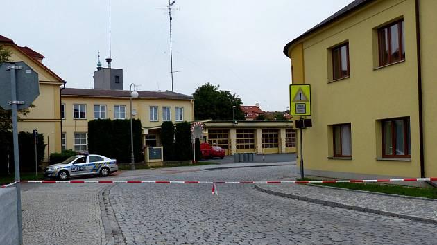Přístup do Břetislavovy ulice k sídlu domažlických profesionálních hasičů je znemožněn.