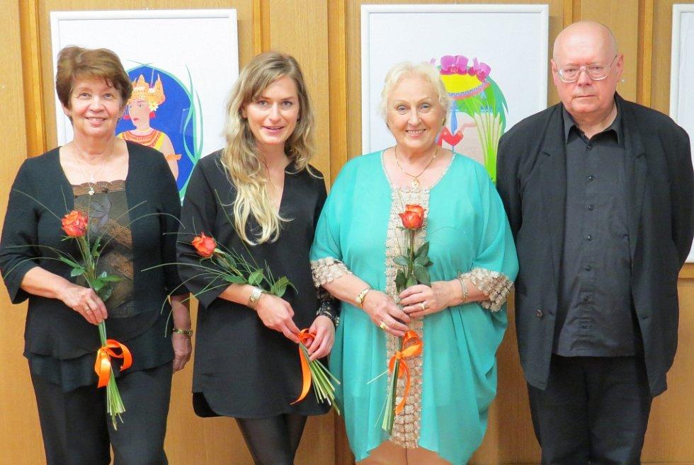 Zahájení výstavy se zúčastnili i ředitelka knihovny Buršíková(vlevo), spisovatelka Marie Rivai (druhá zprava) a ilustrátor jejích knih Václav Sika (vpravo).