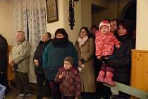 Rozsvícení vánočního stromu v Radonicích předcházel kulturní program v kapli sv. Jakuba.