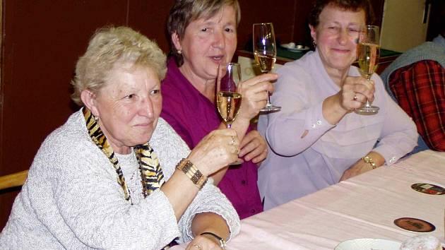 ZE SETKÁNÍ SENIORŮ. Na zdraví si připily s ostatními také (zleva) Helena Kupilíková, Miluše Radová a Marie Vondrašová.