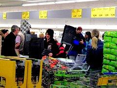 SLEVY ZAHRADNÍHO NÁBYTKU. Čtvrteční nabídka jednoho z furthských obchodů nabídla hned po otevření zajímavou podívanou. Tentokrát byli jejími hlavními aktéry zejména domácí zákazníci.