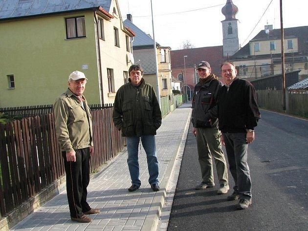 Na snímku jsme v nové ulici zachytili (zleva) Jaroslava Bícu, starostu Ondřeje Freie, dále Filipa Ticháčka a Milana Pučelíka ze zhotovitelské firmy.