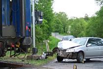 Na blížejovském přejezdu se střetl Peugeot s osobním vlakem.