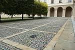 Druhé nádvoří Černínského paláce s vyznačeným místem nalezení těla Jana Masaryka.