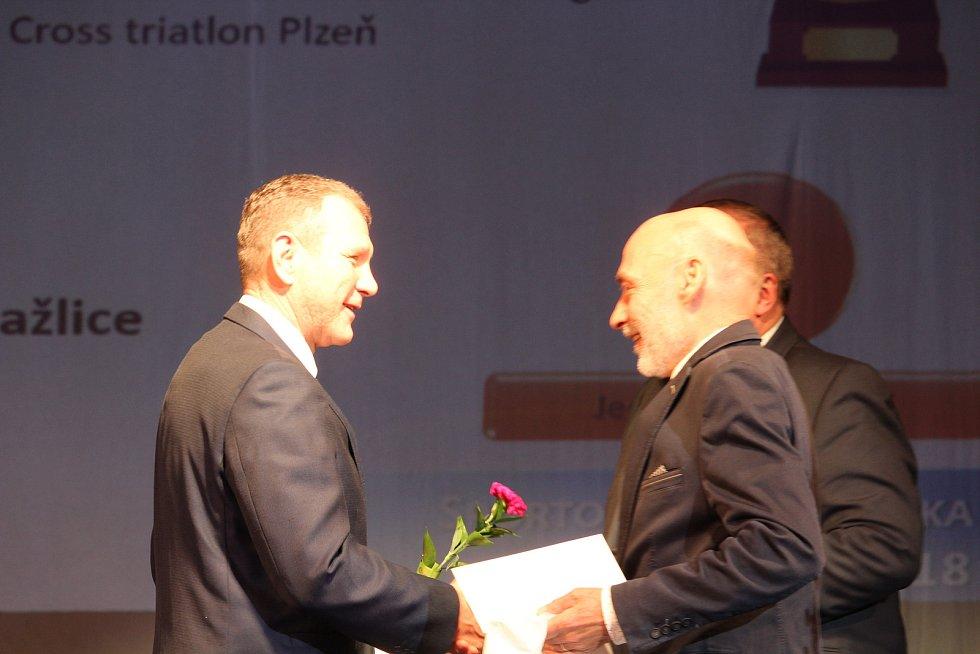 Dospělí - jednotlivci: za druhou triatlonistku Janu Brantlovou přebral ocenění předseda jejího mateřského klubu Velosport Domažlice Pavel Beber.