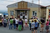 RESTAURACE TYROLKA. Má společný vchod s obecní úřadovnou a Dílští ji využívají k menším akcím, pro něž by byl obecní sál příliš velký. Vloni o pouti byla k Tyrolce z jižní strany ´přilepena´ vyhlídková terasa, foto je ze slavnosti při jejím otevření.