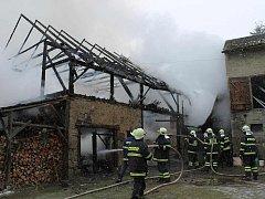 POŽÁR STODOLY. Majiteli nemovitosti v Jadruži u Stráže vznikla milionová škoda, hasiči, mezi nimiž nechyběli ani Bělští a Hostouňští, uchránili majetek v hodnotě tří milionů korun.
