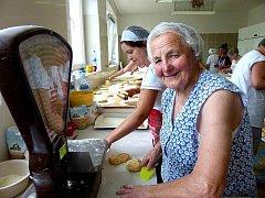 ANEŽKA BAYEROVÁ. Bez této čilé seniorky se nemohlo v bořické pekárně prakticky obejít nepočítaně  pečení chodských koláčů pro návštěvníky Chodských slavností.