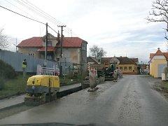 Budování kanalizace v Mířkově.