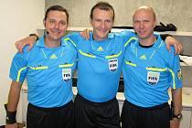 Fotbalový rozhodčí Pavel Královec (uprostřed) s kolegy na MS hráčů do 17 let v Mexiku.