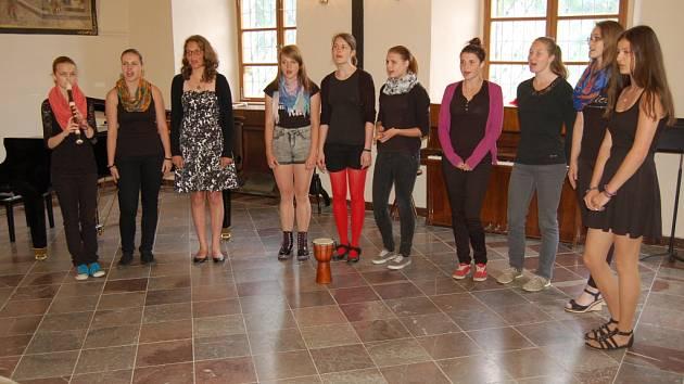 Pěvecký sbor Bel Canto složený ze studentek gymnázia zpíval při koncertě v refektáři kláštera.