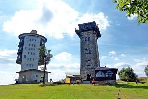 Na Čerchově najdete bývalou vojenskou odposlechovou věž. (vlevo) a přístupnou rozhlednu nazvanou po Vilému Kurzovi - Kurzovu věž.