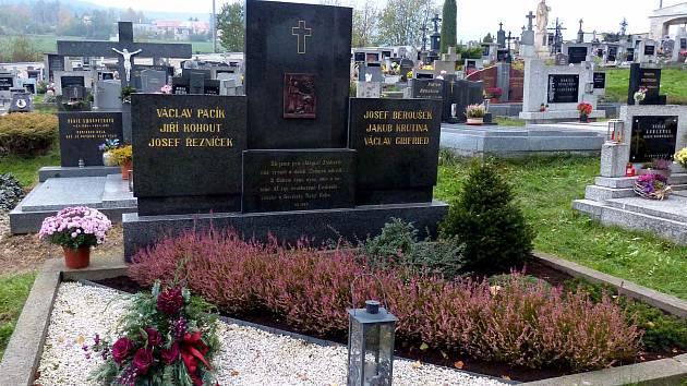 HROB ´POSTŘEKOVSKÝCH CHLAPCŮ´ na klenečském hřbitově. Ukradenou původní plastiku pod křížem na náhrobku nahradil duplikát.