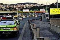 MEZI SVĚTADÍLY. Cestovatelé v Istanbulu přejeli most do Asie.