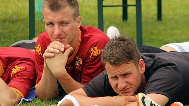 Jakub Strejc (v červeném) s brankářem Lukášem Freiem na turnaji v Pocinovicích.