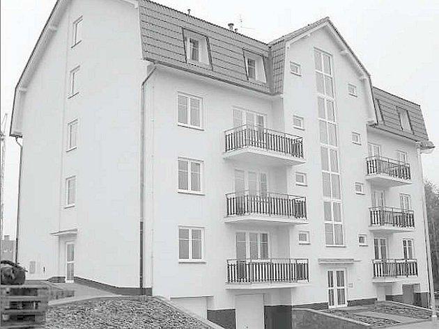 Čtyřpatrový objekt s podkrovím dokončila První Chodská stavební společnost v předstihu. K domu s osmnácti byty, garážemi a parkovištěm v okolí by v budoucnu měly přibýt další objekty.