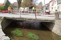 V rámci protipovodňových opatření byl nevyhovující most v ulici Npor. O. Bartoška nahrazen novým.