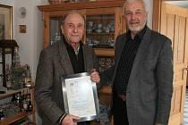 FRANZ LEITNER (vlevo) přebírá ocenění Kruhu přátel Domažlice – Furth im Wald od předsedy Hermanna Plötze.