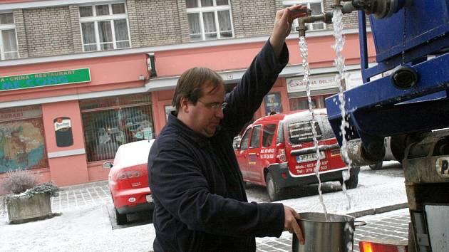 Vedoucí Hotelu Koruna v Domažlicích nabírá vodu na vaření a umývání nádobí