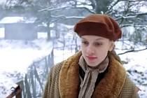 GRÉTKA (Monika Hilmerová) jde po lávce v Semošicích.