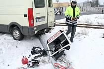 Policistka se chystá označit místo dopravní nehody u Poběžovic, při které se ráno ve středu 18. února střetla dodávka v osobním vlakem.