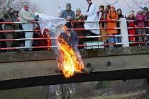 Z MILAVEČ. Masopusta tradičně zapalují a shazují do Zubřiny.