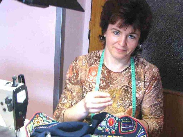 MARIE KOPECKÁ. Vyšít chodskou vestu je velmi náročné. Nad výšivkou tráví Marie Kopecká většinu večerů.