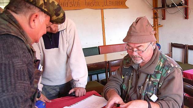 Rybářská bašta U Sumce je vyhledávaným rybářským místem. Na snímku z loňských říjnových závodů jsou u prezence Zdeněk Vrba (vpravo) a Jiří Stránský (vlevo).