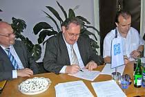 Starosta Staňkova Alexandr Horák (zprava) podepsal smlouvu o prodeji pozemku v ohučovské průmyslové zóně s finančním ředitelem společnosti ZF Passau GmbH a současně jednatelem společnosti ZF Staňkov, s.r.o., Manfredem Reichenstetterem.