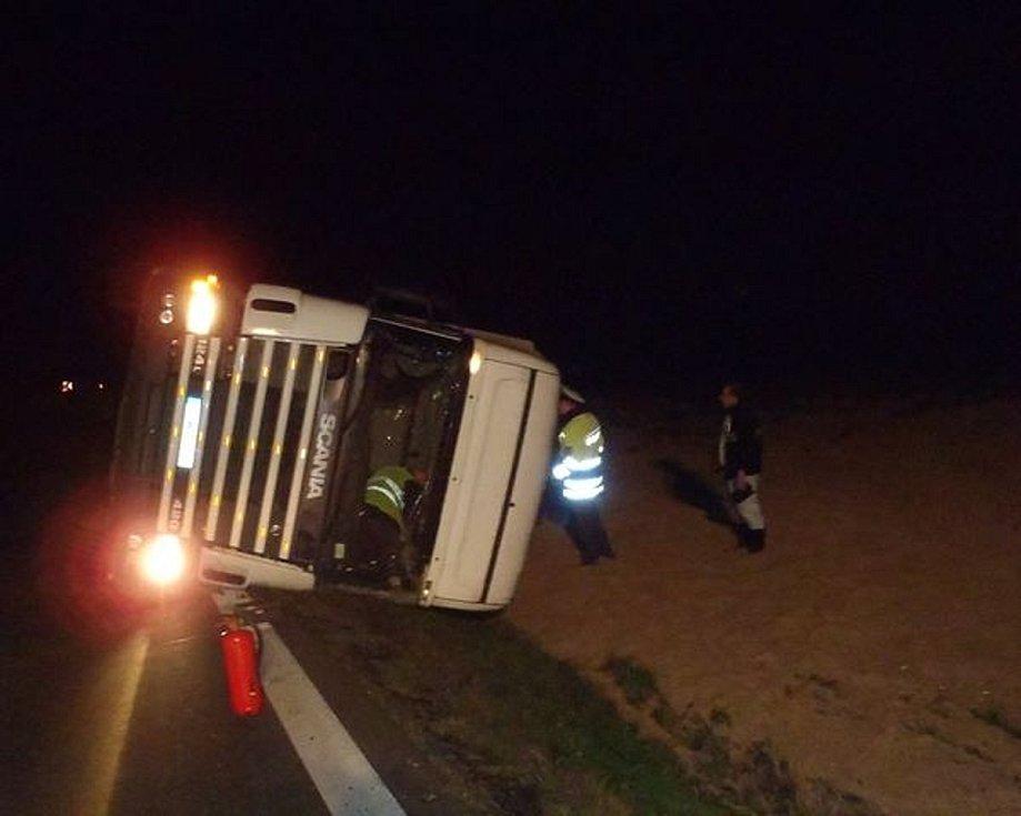 Polský kamion nezvládl zatáčku za Březím.