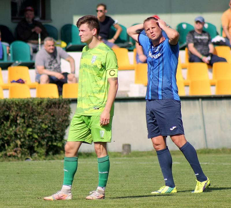 6. kolo FORTUNA ČFL, skupina A: FK Loko Vltavín (zelení) - Jiskra Domažlice (modří) 2:2.