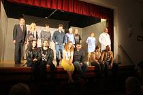Plný sál diváků přišel zhlédnout nový muzikál Zbývá příběh náš v podání Kolofantů z Kolovče.