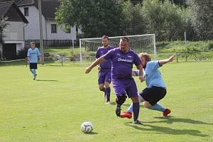 Venku lépe než doma! Borci Lokomotivy Hostouň (ve fialovém) po výhře v Blížejově doma přišli o dva body.